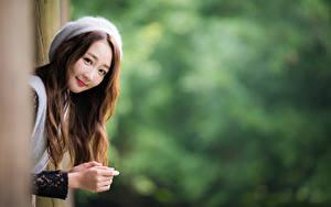 Обои Азиатки Размытый фон Улыбка Милые Шатенка Взгляд Девушки
