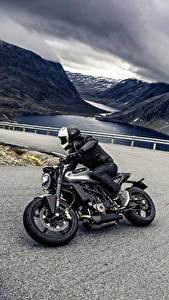 Картинка Дороги Мотоциклист Шлем 2018 Husqvarna Vitpilen 701 Мотоциклы
