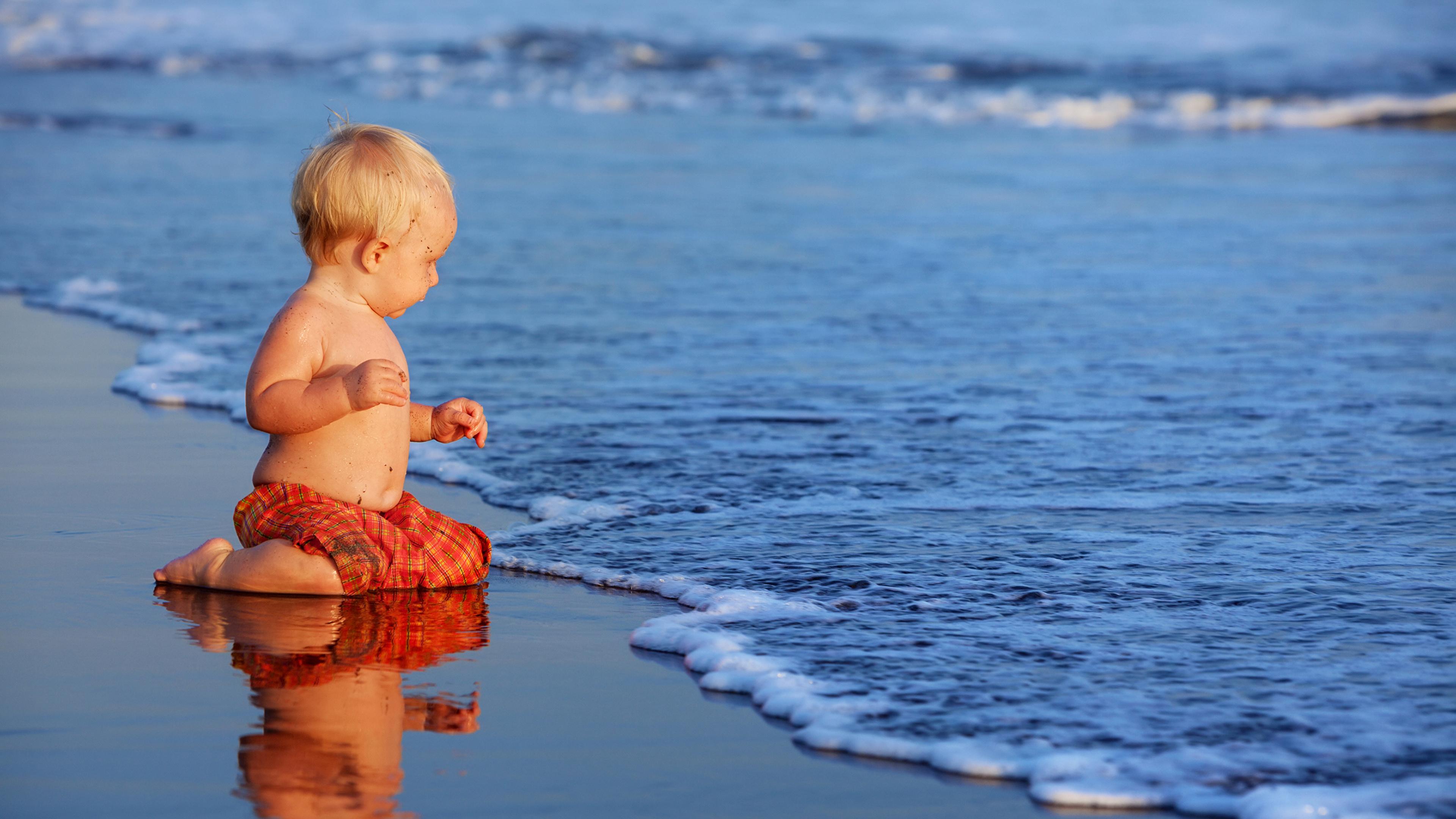 Фотография мальчик Младенцы Дети Волны берег 3840x2160 Мальчики младенца младенец мальчишки мальчишка грудной ребёнок ребёнок Побережье