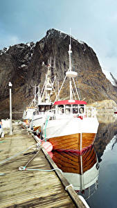 Фото Лофотенские острова Норвегия Озеро Пристань Катера Утес Отражении Природа