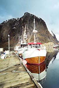 Фото Лофотенские острова Норвегия Озеро Пристань Катера Утес Отражении