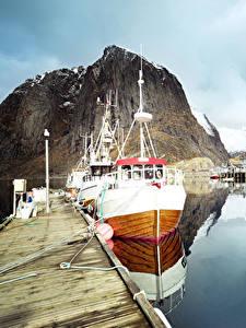 Фото Лофотенские острова Норвегия Озеро Пристань Катера Утес Отражение Природа