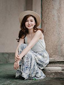 Обои Азиатки Сидящие Шляпы Шатенки девушка