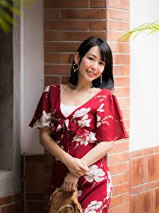 Картинка Азиатки Платье Улыбается Взгляд Брюнетки девушка
