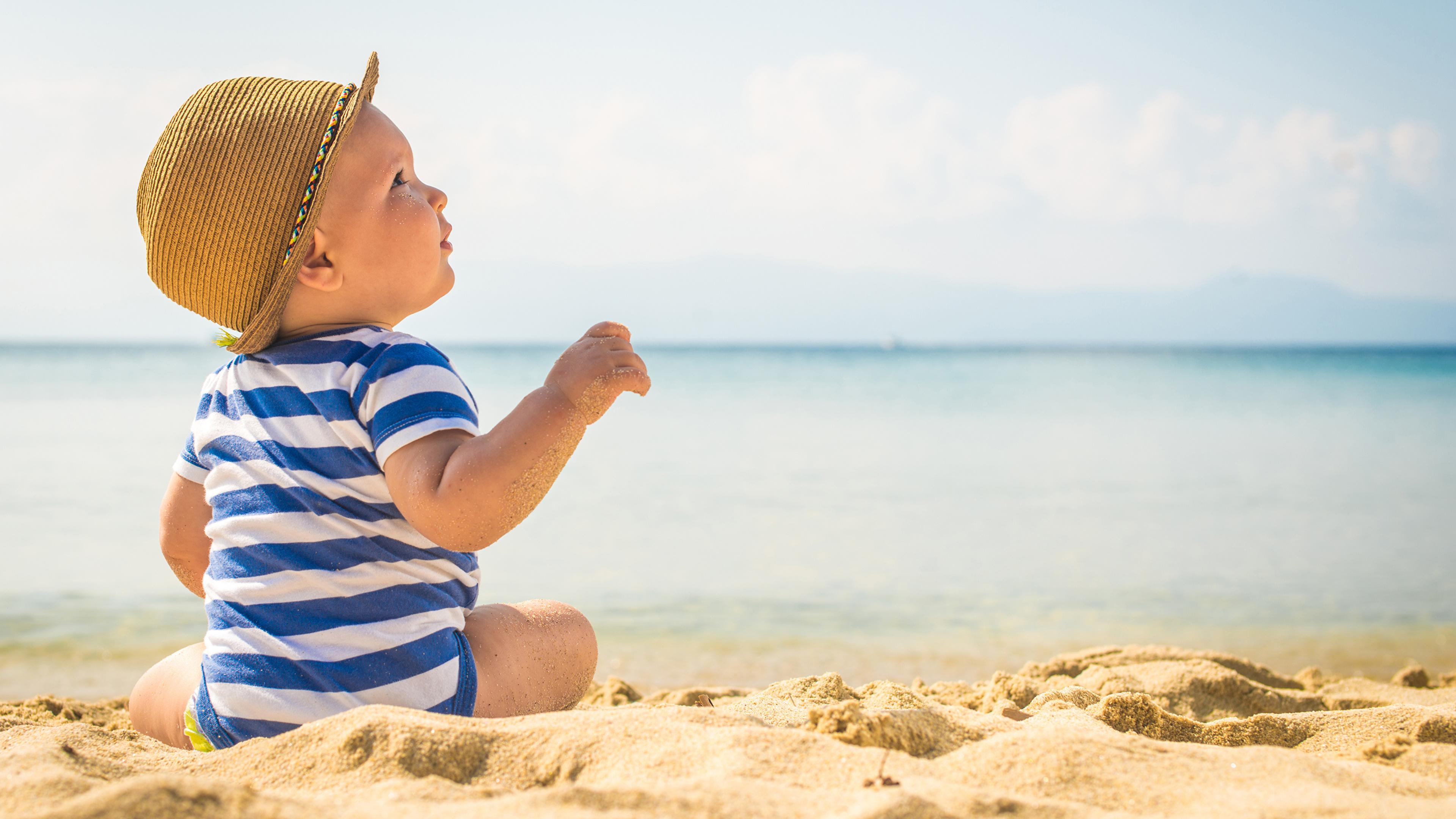 Фотография Младенцы Дети пляжа шляпы песка 3840x2160 младенца младенец грудной ребёнок Пляж пляжи пляже Ребёнок шляпе Шляпа песке Песок