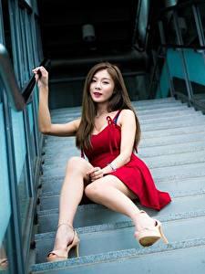 Обои Азиатка Лестница Шатенки Платья Сидит Ног Туфель Боке молодые женщины