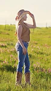 Картинка Луга Трава Блондинки Шляпе Ноги Джинсов Ковбой молодая женщина
