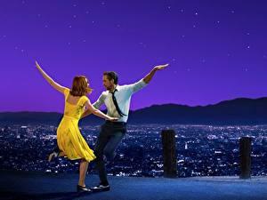 Картинка Мужчина Эмма Стоун Райан Гослинг Танцует La La Land Фильмы Знаменитости Девушки