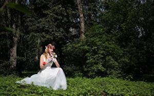 Картинки Лес Эльф Букет Траве Сидящие Невесты Платья Фэнтези Девушки
