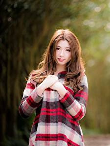 Фото Азиаты Размытый фон Шатенки Взгляд Рука девушка
