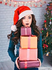 Обои Рождество Шатенка Шапки Подарки Удивление Девушки