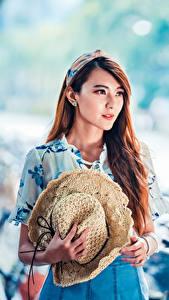 Обои Азиаты Шатенка Шляпа Платье Взгляд Размытый фон молодая женщина