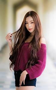Обои Азиатка Боке Шатенки Смотрит Руки Свитера молодая женщина