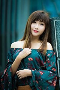 Обои Азиаты Позирует Рука Платье Шатенки