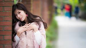 Фотография Азиаты Размытый фон Улыбка Позирует Рука девушка