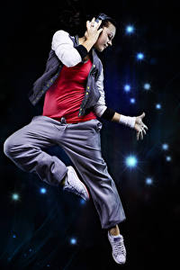 Фото Танцы Прыжок Наушники Руки Девушки