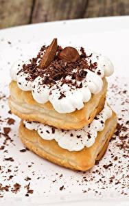 Фотографии Сладости Пирожное Шоколад Орехи Двое Еда