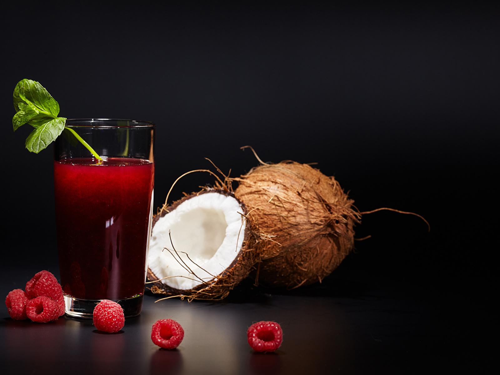 Картинка Сок Малина Кокосы стакана Еда Черный фон 1600x1200 Стакан стакане Пища Продукты питания на черном фоне