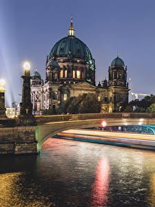 Картинка Берлин Германия Здания Речка Мосты Уличные фонари Ночью Города