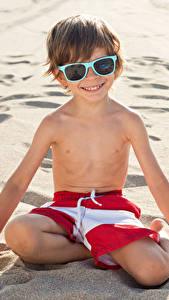 Картинка Пляж Песка Мальчишка Очках Улыбка Дети