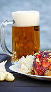 Фото Пиво Чеснок Мясные продукты Овощи Тарелка Кружка Пена Продукты питания