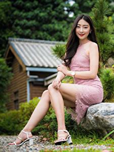 Фотографии Азиатки Сидящие Платья Ног Брюнетки Миленькие девушка