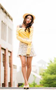 Картинки Азиатки Позирует Ноги Шляпа Взгляд Размытый фон молодая женщина