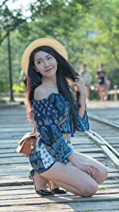 Фотографии Азиатка Сумка Боке Шляпа Брюнетка Руки Ноги Поза молодые женщины