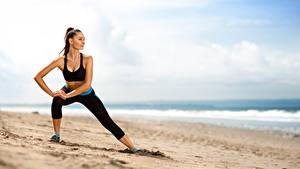Фотографии Фитнес Пляж Брюнетка Тренировка Песка Девушки
