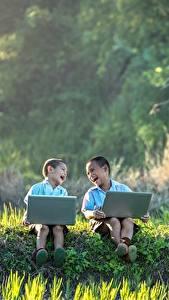 Обои Азиаты Двое Мальчики Смех Сидящие Трава Ноутбуки Дети
