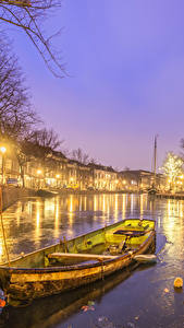 Картинки Нидерланды Дома Лодки Водный канал Ночные Уличные фонари Schiedam Города