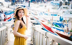 Обои Азиаты Боке Шатенка Взгляд Забора Руки Шляпа девушка