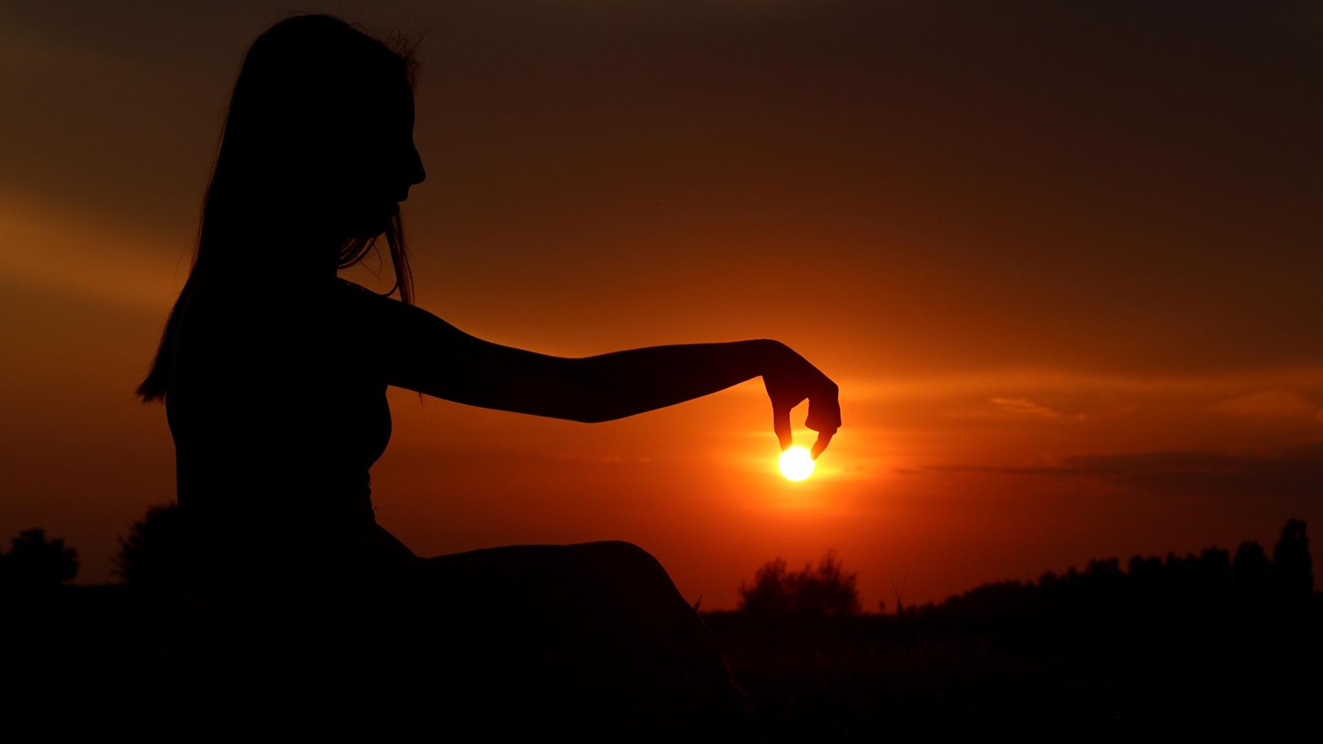 Фотография Силуэт Солнце девушка рассвет и закат Руки сидя Вечер 1920x1080 силуэты силуэта солнца Девушки молодые женщины молодая женщина Рассветы и закаты рука Сидит сидящие