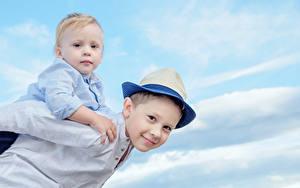 Фото Мальчики Двое Взгляд Шляпе ребёнок