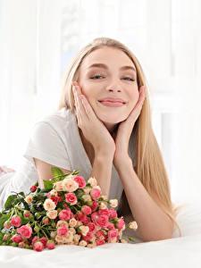 Обои Букеты Розы Блондинка Улыбка Руки Девушки