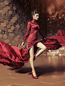 Фотография Шатенка Платье Танцует Ноги