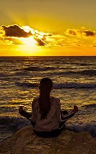 Фотографии Рассвет и закат Море Корабль Сидящие Йогой Вид сзади девушка