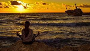 Фотографии Рассветы и закаты Море Корабль Сидит Йога Сзади Девушки