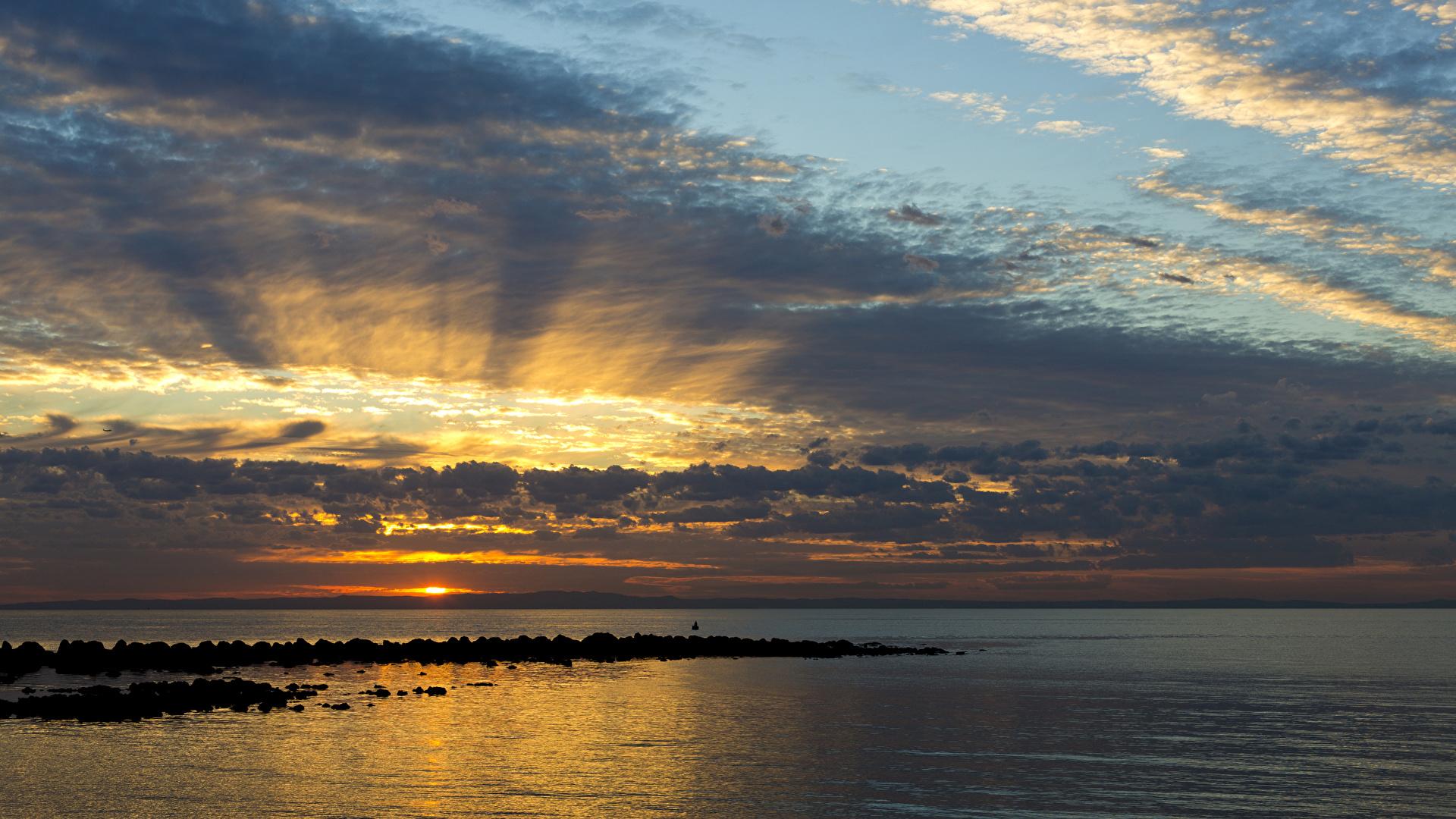 Фото Австралия Queensland Море Природа Небо рассвет и закат облачно 1920x1080 Рассветы и закаты облако Облака