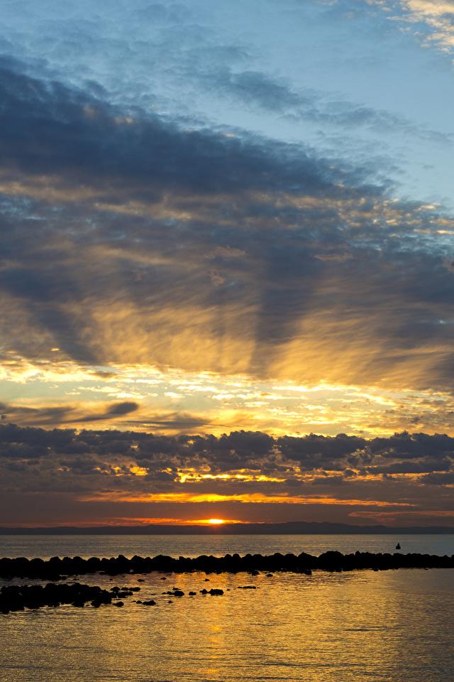 Фото Австралия Queensland Море Природа Небо рассвет и закат облачно 640x960 для мобильного телефона Рассветы и закаты облако Облака