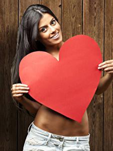 Фотография День святого Валентина Брюнетка Доски Улыбается Сердечко Девушки