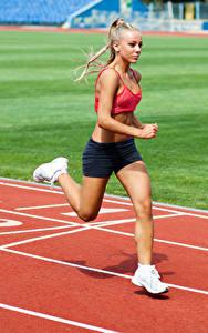Картинки Блондинка Физические упражнения Бег Девушки Спорт
