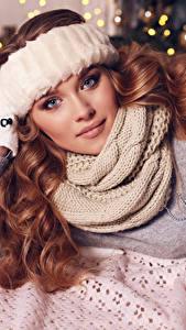 Обои Новый год Шатенка Шарфе Перчатки Свитере Волосы молодая женщина