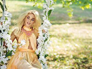 Обои Цветущие деревья Украшения Блондинка Мейкап Платье Качели Девушки