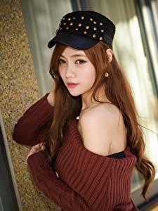 Картинка Азиаты Шатенки Кепка Свитере Взгляд Боке молодая женщина