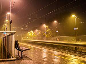 Фото Австралия Железные дороги Дождь Мельбурн Ночью Уличные фонари Скамья