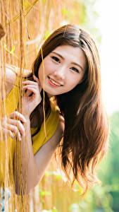 Картинка Азиатка Боке Рука Улыбается Шатенка Милые Смотрят Красивые Девушки