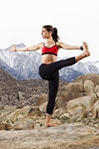 Картинки Горы Камень Позирует Ног Йога молодая женщина Природа