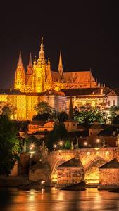 Обои Прага Чехия Здания Река Мосты Карлов мост Уличные фонари Ночью город