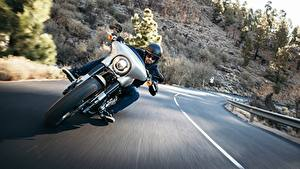 Фотографии Дороги Xарлей дэвидсон Мотоциклист Спереди Едущий Electra Glide Milwaukee Eight 107 мотоцикл